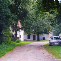 Widok na gorzelnię i miejsce pozostawienia aut